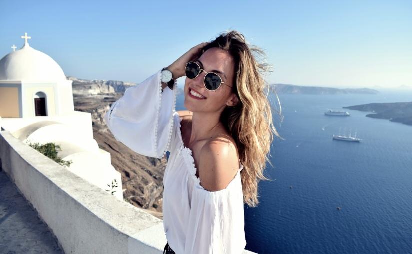 Santorini: Isla griega en azul yblanco